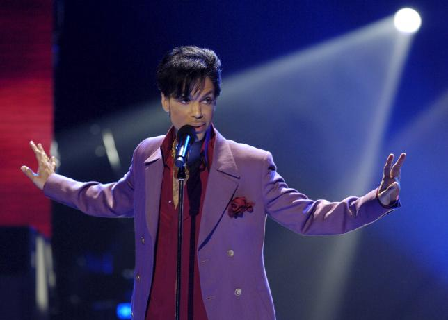 Prince tampil sebagai bintang tamu dalam final American Idol di The Kodak Theater in Hollywood, California in 24 Mei 2006. (JIBI/Solopos/Reuters/Chris Pizzello}