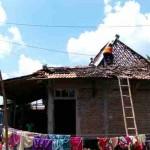 Relawan dari Badan Penanggulangan Bencana Daerah (BPBD) Sragen membantu warga memperbaiki kerusakan atap rumah setelah diterjang angin ribut di Dusun Sadang, Desa Kecik, Kecamatan Tanon, Sragen, Minggu (17/4/2016). (Moh. Khodiq Duhri/JIBI/Solopos)