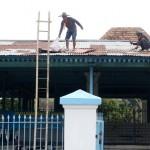 Abdi dalem keraton menyelesaikan mengganti seng untuk atap Sitihinggil Kidul di kawasan Alun-alun Selatan Keraton Kasunanan Surakarta Hadiningrat, Kamis (21/4/2016). (Ivanovich Aldino/JIBI/Solopos)