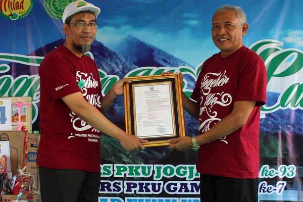Bupati Sleman Sri Purnomo (kanan) menyerahkan plakat kepada Direktur Utama RS PKU Muhammadiyah Gamping Ahmad Faisol di RS PKU Muhammadiyah Gamping, Sleman, Minggu (10/4/2016). (Kusnul Isti Qomah/JIBI/Harian Jogja)