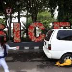 Gembok roda terpasang pada mobil milik warga yang parkir sembarang di Jl. Jendral Sudirman, Solo, Kamis (7/4/2016). (Ivanovich Aldino/JIBI/Solopos/dok)