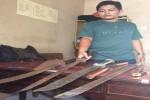 Petugas Polsek Banguntapan saat menunjukkan barang bukti senjata tajam yang mereka temukan saat penyisiran lokasi berkumpulnya sejumlah massa di Dusun Babadan, Banguntapan, Bantul, Kamis dini hari (28/4/2016) (Yudho Priambodo/JIBI/Harian Jogja)