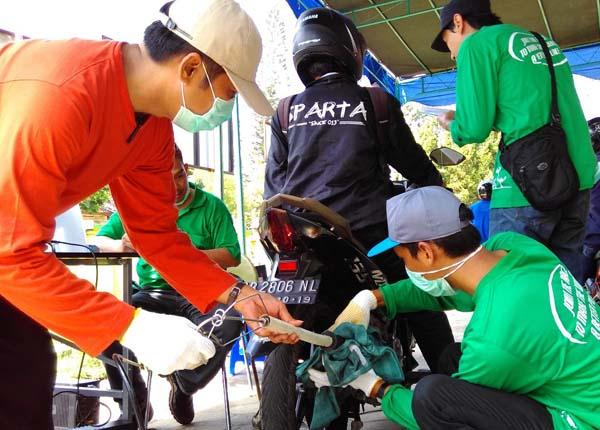 Petugas dari Badan Lingkungan Hidup (BLH) DIY melakukan uji petik emisi gas buang terhadap sebuah sepeda motor di depan SMK Negeri 1 Pengasih, Kulonprogo, Kamis (21/4/2016). (Rima Sekarani I.N./JIBI/Harian Jogja)