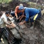 Petugas Balai Pelestarian Cagar Budaya (BPCB) Jateng membersihkan struktur batu bata kuno yang diperkirakan merupakan candi di Dukuh Gunung Wijil, Desa Giriroto, Ngemplak, Boyolali, Selasa (5/4/2016). (Muhammad Ismail/JIBI/Solopos)