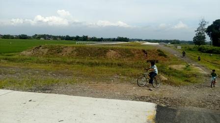 Pengendara sepeda onthel melintasi jalan tol Solo-Kertosono (Soker) yang terputus akibat pemilik tanah belum setuju dengan ganti rugi di Desa Dibal, Ngemplak, Boyolali, Kamis (14/4/2016). (Muhammad Ismail/JIBI/Solopos) (Muhammad Ismail/JIBI/Solopos)