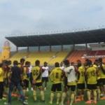 Pelatih Sriwijaya FC, Widodo Cahyono Putro (tengah), member pengarahan kepada anak asuhnya seusai latihan di Stadion Si Jalak Harupat, Kabupaten Bandung, Jumat (29/4/2016). (Hanifah Kusumastuti/JIBI/Solopos)