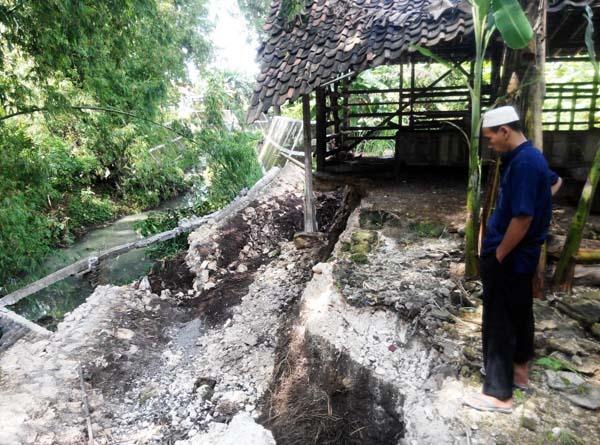 Muhadi menunjukan ambrolnya talut yang ada di belakang rumahnya di Dusun Tegalsari, Desa Wonosari, Kecamatan Wonosari, Minggu (3/4/2016). (David Kurniawan/JIBI/Harian Jogja)