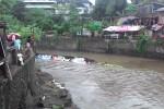 Tanggul sementara dari material pasir yang dibangun Badan Penanggulangan Bencana Daerah (BPBD) Sleman di Dusun Sendowo, Sinduadi, Mlati, jebol, Selasa (12/4/2016) petang. (Abdul Hamid Razak/JIBI/Harian Jogja)