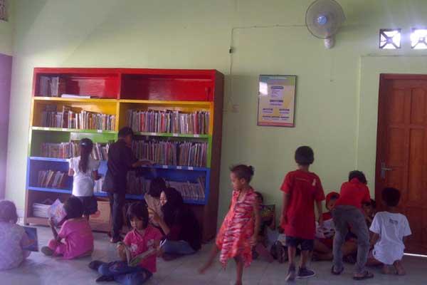 Sejumlah anak-anak sedang membaca buku-buku koleksi taman baca RW30 Popongan Sinduadi Mlati, Minggu (24/4/2016). (Abdul Hamid Razak/JIBI/Harian Jogja)