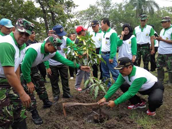 Penanaman 2065 bibit di kompleks Balai Besar Vet, Dusun Gunung Gempal, Desa Giripeni, Wates, Kulonprogo pada Kamis (31/3/2016). (Sekar Langit Nariswari/JIBI/Harian Jogja)
