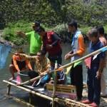 Kegiatan ini juga dihadiri oleh Walikota Jogja Haryadi Suyuti menebar ikan di Sungai Gajah Wong dalam peringatan Hari Bumi, pada Minggu (24/4/2016). (Foto istimewa)