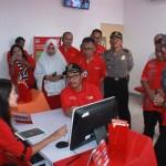 Bupati Kulonprogo, Hasto Wardoyo mencoba layanan paperless bagi pengajuan aplikasi KartuHalo baru sesaat setelah persemian kantor layanan GraPARI Kulonprogo di Wates, Rabu (27/4/2016). (Sekar Langit Nariswari/JIBI/Harian Jogja)