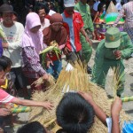 Warga berebutan mengambil hasil bumi yang disajikan lewat gunungan dalam tradisi wiwitan yang dilaksanakan di Dusun Geden, Desa Sidorejo, Lendah, Kulonprogo pada Minggu (17/4/2016). (Sekar Langit Nariswari/JIBI/Harian Jogja)