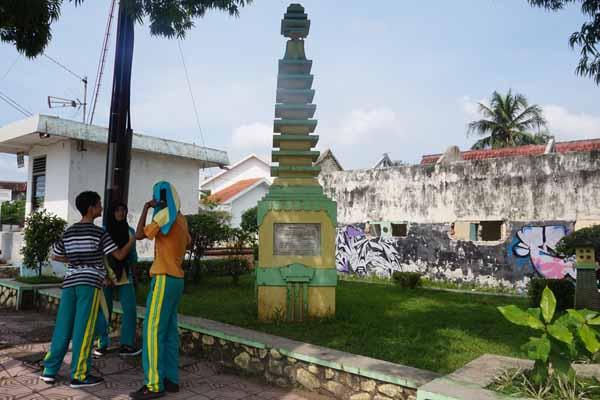 Tugu Pagoda yang terletak di pertigaan Jl. Perwakilan, Wates menjadi salah satu tempat beristirahat di siang hari bagi warga. Tugu merupakan vagar budaya yang merupakan peninggalan zaman kolonial sejak 1931. (Sekar Langit Nariswari/JIBI/Harian Jogja)