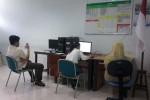 Safira Delicateza, siswi XII IPA SMA Budya Wacana Jogja [putih abu-abu], sedang mengerjakan UN CBT mata pelajaran Bahasa Indonesia, pada Senin (4/4/2016). (Uli Febriarni/JIBI/Harian Jogja)