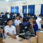 Para siswa kelas IX SMP Negeri 1 Galur mengikuti simulasi Ujian Nasional Berbasis Komputer (UNBK) di ruang laboratorium komputer sekolah, Senin (25/4/2016). (Foto Istimewa/Dok.SMP Negeri 1 Galur)