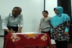 SLEMAN-Salah satu perwakilan pimpinan perusahaan sedang menandatangani nota kesepahaman, didampingi oleh Dekan Fakultas Sains dan Teknologi Universitas Respati Yogyakarta, Sri Hasta Mulyani [kanan, perempuan berkerudung], pada Jumat (22/4/2016).(Uli Febriarni/JIBI/Harian Jogja)