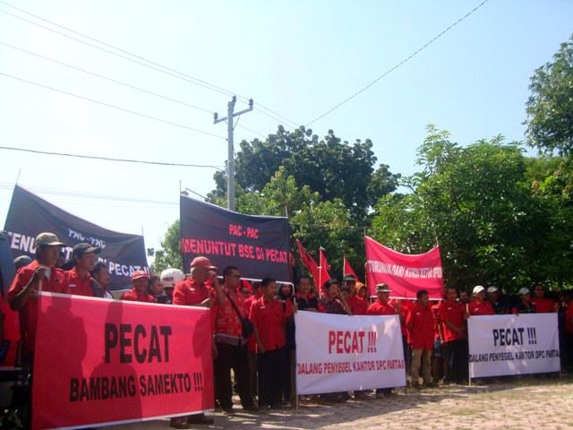 Seratusan orang berunjuk rasa di depan Kantor DPC PDIP Sragen untuk menuntut agar Bambang Samekto dipecat dari keanggotaan PDIP, Selasa (10/5/2016). (Tri Rahayu/JIBI/Solopos)