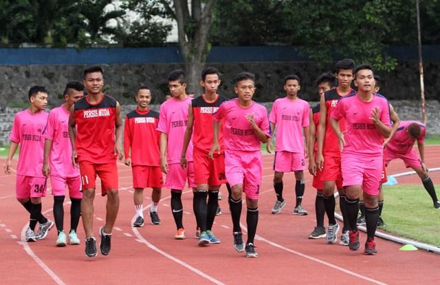 Pemain Persis muda melakukan latihan fisik di stadion Sriwedari, Solo, Saleasa (16/2). Rencananya Persis muda akan menjajal PS Al Wathoni namun batal karena kondisi lapangan masih dalam perbaikan. (JIBI/SOLOPOS/ Sunaryo Haryo Bayu)