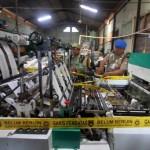 Petugas Satpol PP dan Linmas Kota Solo, memasang garis pembatas untuk menyegel mesin produksi di Pabrik CV. Sumber Anugrah Plastindo, Banyuanyar, Banjarsari, Solo, Rabu (18/5/2016). Pemkot Solo menyegel mesin tersebut karena pemilik menyalah gunakan izin dagang untuk aktivitas produksi. (Ivanovich Aldino/JIBI/Solopos)