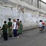 Anggota linmas Kecamatan Pasar Kliwon dan muspika menggelar pengecetan tembok keraton kasunanan, Minggu (1/5/2016). (Irawan Sapto Adhi/JIBI/Solopos)