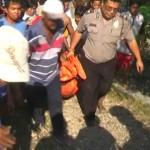 Tim SAR, BPBD Sragen dan warga sekitar mengevakuasi tubuh korban bunuh diri dari Sungai Bengawan Solo tepatnya di bawah Jembatan Sapen, Gesi, Kamis (26/5/2016). Sementara ratusan warga menyaksikan lokasi bunuh diri korban. (JIBI/Solopos/Istimewa)