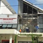 Sejumlah pekerja membersihkan sisa kebakaran yang melanda Kantor Dinas Kebudayaan dan Pariwisata (Disbudpar) Boyolali, Sabtu (29/5/2016) pagi. (Hijriyah Al Wakhidah/JIBI/Solopos)