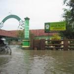 Pengendara motor melintas di depan SDIT Muhammadiyah Sinar Fajar, Desa Bawak, Cawas, yang tergenang air akibat luapan Kali Dengkeng. (Taufiq Sidik Prakoso/JIBI/Solopos)