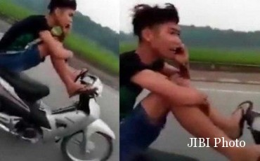 Bocah Vietnam mengendarai motor dengan kaki. (Mirror.co.uk)