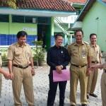 Bupati Karanganyar, Juliyatmono (empat dari kanan), dan Wabup Karanganyar, Rohadi Widodo (dua dari kanan) berbincang dengan anggota Komisi D DPRD Karanganyar, Sri Hartono (empat dari kiri), saat memantau pelaksanaan UN SMP 2016 di Mojogedang, Senin (9/5/2016). (JIBI/Solopos/Istimewa)