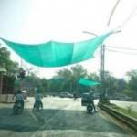 Jaring untuk berteduh di jalanan India. (Autoevolution.com)