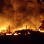 Api membubung tinggi setelah menghanguskan banguna pabrik tekstil Delta Dunia Tekstil di dusun Geneng, Desa Kaling, Tasikmadu, Karanganyar, Jumat (13/5/2016) malam. (Sunaryo HB/JIBI/Solopos)