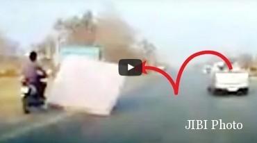 Pengendara motor tersungkur gara-gara kejatuhan matras. (Istimewa/Youtube)