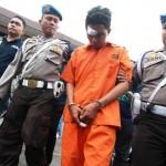 Polisi mengawal seorang tersangka kasus pembunuhan Roy Mando Sah Siregar, 21, saat gelar kasus di Mapolresta Medan, Sumatera Utara, Selasa (3/5/2016). Tersangka yang merupakan mahasiswa di Fakultas FKIP Universitas Muhammadiyah Sumatera Utara (UMSU) itu diduga membunuh dosennya lantaran sakit hati karena sering dimarahi dan akibat perbuatannya tersangka dijerat hukuman penjara 15 tahun dan diancam hukuman mati. (JIBI/Solopos/Antara/Septianda Perdana)