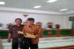 Mantan Pegawai KPU DIY Sigit Giri Wiboro (mengenakan batik) usai sidang putusan di Pengadilan Tipikor Jogja, Rabu (25/5/2016). (Ujang Hasanudin/JIBI/Harian Jogja)