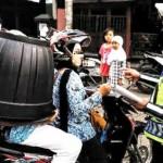 Oknum PNS Cianjur yang terjaring Operasi Patuh 2016 karena memboncengkan anaknya dan mengenakan pot plastik sebagai helm. (JIBI/Istimewa)