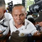 Petugas menggiring salah satu dari enam tersangka yang ditangkap dalam operasi tangkap tangan di Bengkulu saat tiba di Gedung KPK, Jakarta, Selasa (24/5/2016). KPK menetapkan Ketua PN Kepahiang, Bengkulu, Janner Purba, sebagai tersangka kasus dugaan penerimaan suap untuk mempengaruhi putusan terkait kasus tindak pidana korupsi penyalahgunaan honor Dewan Pembina RSUD Bengkulu yang tengah disidangkan di PN Bengkulu.
