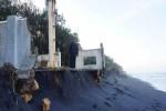 Salah satu nelayan meninjau pondasi mercusuar di Pantai Bugel, Panjatan ambrol akibat tersapu ombak setinggi 8 meter, Rabu (25/5/2016). (Sekar Langit Nariswari/JIBI/Harian Jogja)