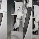 """Aksi pria mencurigakan memaksa """"bercinta"""" dengan pipa ledeng. (Istimewa/Weibo)"""