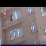 Pemadam kebakaran menendang wanita yang hendak bunuh diri. (Istimewa)