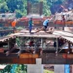 Pembangunan konstruksi tiang penyangga jembatan di jalur Jalan Tol Bawen-Salatiga penghubung antarbukit di Tuntang, Kabupaten Semarang, Jawa Tengah, Rabu (27/4/2016). Tol sepanjang 17,5 km yang ditargetkan selesai pada Lebaran 2016 ini memiliki dua jembatan yang sedang dibangun, antara lain Jembatan Tuntang di Desa Delik, Tuntang dengan panjang 370 meter dan jembatan Pabelan di Desa Sukoharjo, Pabelan, dengan panjang 170 meter. (JIBI/Solopos/Antara/Aditya Pradana Putra)