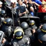 Polisi dikerahkan PT KAI menggusur rumah warga di kawasan Kebonharjo, Semarang, Jateng, Kamis (19/5/2016).(JIBI/Solopos/Antara/R. Rekotomo)