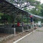 Para pekerja menyelesaikan pembangunan 25 kios di selter untuk PKL TSTJ, Sabtu (21/5/2016). Diharapkan selter tersebut bisa ditempati sebelum Ramadan. (Ayu Abriyani/JIBI/Solopos)