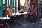 Gubernur DIY Sri Sultan HB X ketika berbincang dengan Kepala BPS DIY J Bambang Kristianto (dua dari kanan) di Kraton Kilen, Komplek Kraton Jogja, Minggu (1/5/2016). (Kusnul Isti Qomah/JIBI/Harian Jogja)