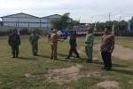 Bupati Bantul saat menyerahkan peralatan pembangunan dalam upacara pembukaan TMMD ke-96 di Lapangan Dladan, Banguntapan, Bantul, Selasa (3/5/2016). (Yudho Priambodo/JIBI/Harian Jogja)