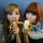 Ilustrasi wanita makan pisang. (Istimewa)