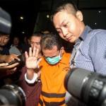 Panitera PN Jakarta Pusat Edy Nasution (tengah) yang memakai rompi tahanan keluar dari Gedung KPK usai menjalani pemeriksaan di Jakarta, Kamis (21/4). KPK menahan Panitera PN Jakarta Pusat Edy Nasution sebagai tersangka kasus dugaan suap penanganan peninjauan kembali (PK) yang diajukan pihak swasta ke PN Jakarta Pusat, dimana sebelumnya Edy tertangkap OTT KPK pada Rabu (20/4/2016) bersama Doddy Aryanto Supeno selaku pihak swasta yang juga tersangka dalam kasus itu. (JIBI/Solopos/Antara/Sigid Kurniawan)