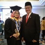 Ketua Komisi Yudisial (KY) Aidul Fitriciada Azhari, bersama sang istri, Ami Utami Permatasari (Ika Yuniati/JIBI/Solopos)