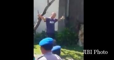 Amokrane Sabet saat menantang polisi. (Istimewa/Youtube)