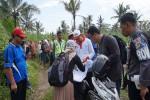 Warga penolak bandara New Yogyakarta International Airport (NYIA) mengawasi dengan dekat selama proses pencocokan data oleh tim appraisal di Dusun Sidorejo, Glagah, Temon pada Selasa (3/5/2016). Warga penolak ini menyuarakn protesnya secara verbal kepada tim yag turun ke lapangan selama proses. (Sekar Langit Nariswari/JIBI/Harian Jogja)
